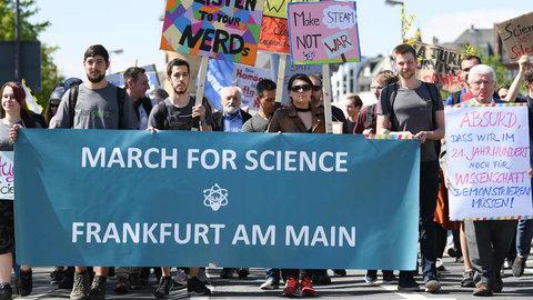 2054898866-studierende-wissenschaftler-demonstrierten-bereits-2018-beimmarch-science-durch-frankfurt-freie-fors-dngve5p7pa7.jpg